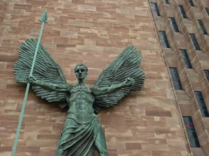 Erzengel Michael vor einer Kirche